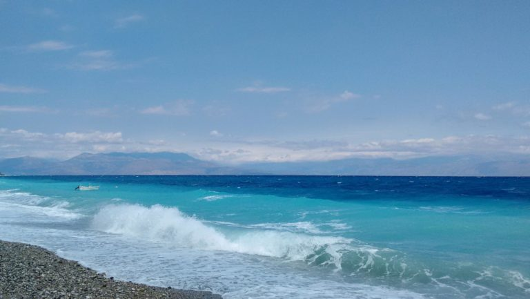 """Paralia Akratas - Sea swell during summer etesian winds """"meltemia"""" - August 2016"""